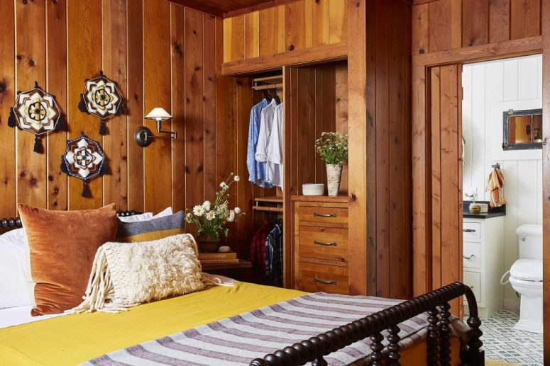 La chambre principale continue le décor du reste de la maison avec du bois teinté et des meubles lourds