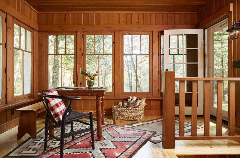 L'espace de travail présente un décor et un style entièrement rustiques et des vues sympas