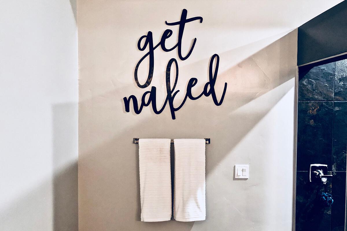 Obtenez une enseigne murale de salle de bain nue