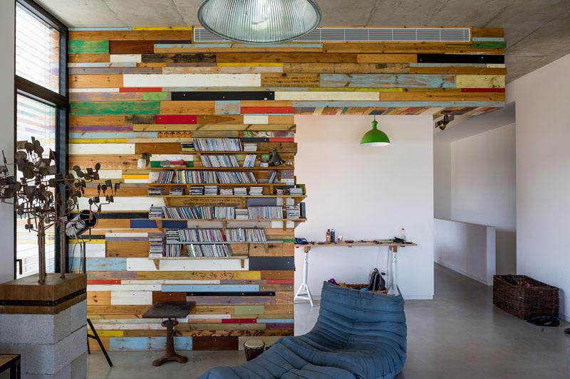 étagère en bois de rebut de maison
