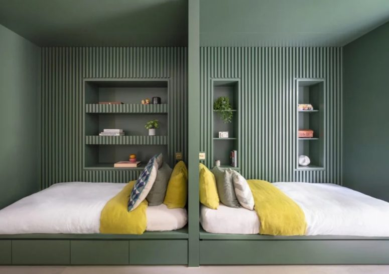 Voici une chambre double paisible faite dans les verts, avec des dalles en bois et des niches pour le stockage