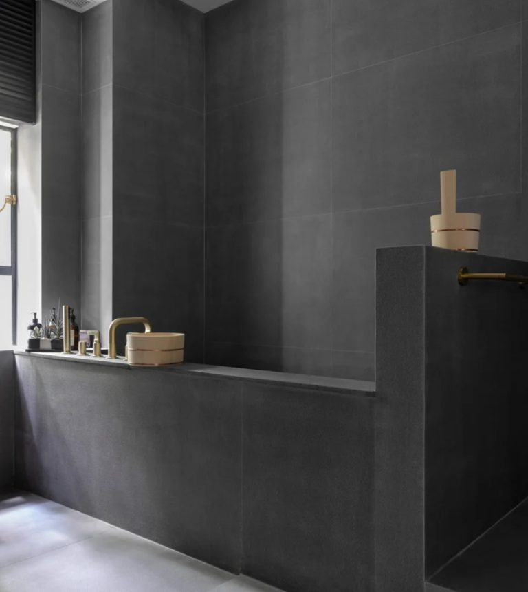 La salle de bain est inspirée des traditionnelles japonaises car la famille est japonaise