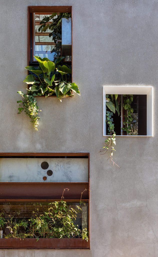 La maison est pleine de verdure pour continuer le thème de la vie urbaine durable