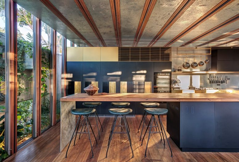 La cuisine est grande et est faite de métal foncé et de bois recyclé, elle se sent très confortable avec autant de lumière