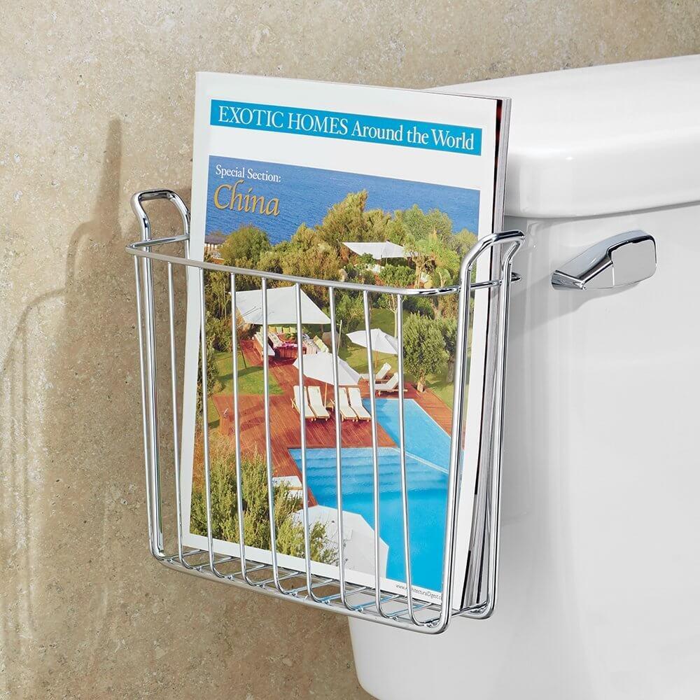 Porte-revues de salle de bain sur le réservoir