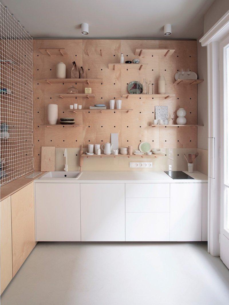 Petite étagère en panneau perforé pour appartement