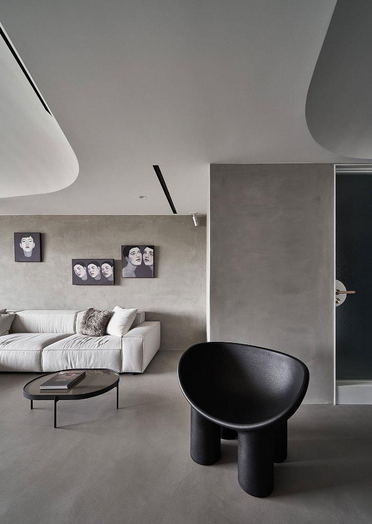 Des œuvres d'art créatives et des meubles originaux rendent l'intérieur plus frais