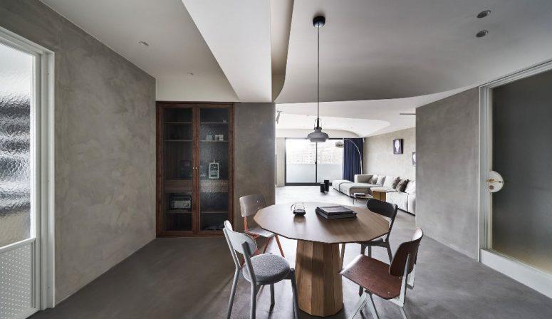L'espace salle à manger est fait avec une table géométrique et des chaises dépareillées