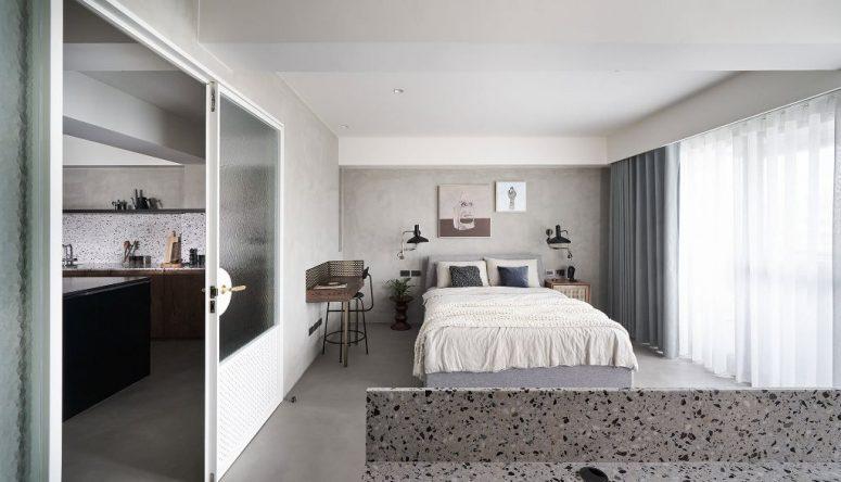 La chambre est faite avec un lit confortable, un coin maquillage flottant