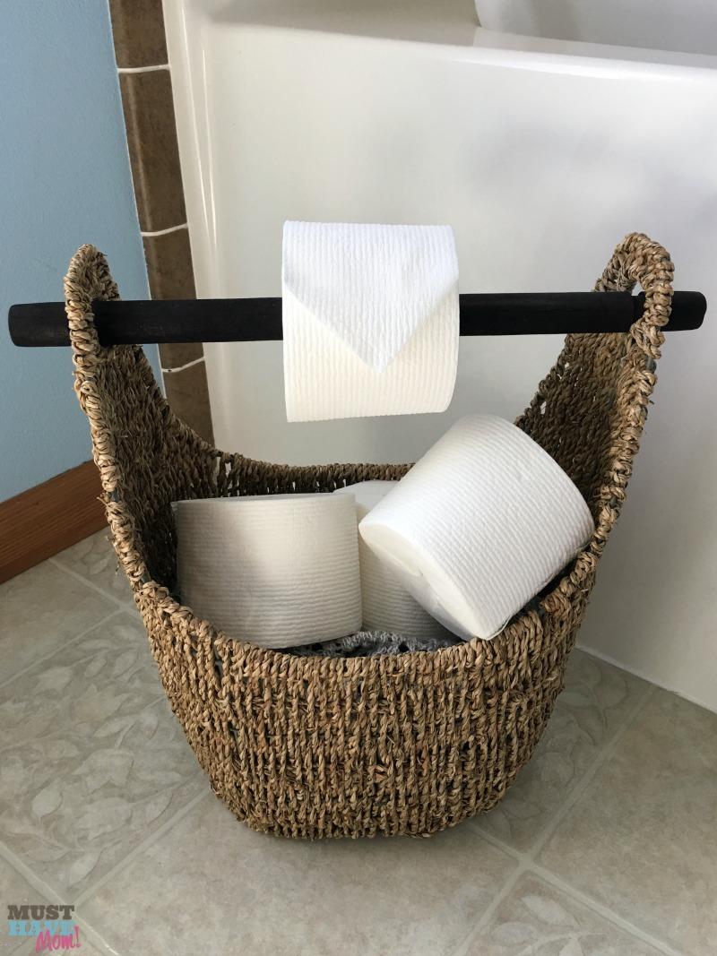 Combinaison de distributeur de papier toilette et de panier de rangement