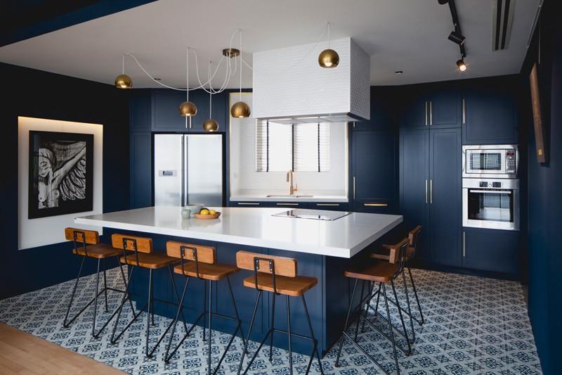 Cuisine d'appartement bleu noir