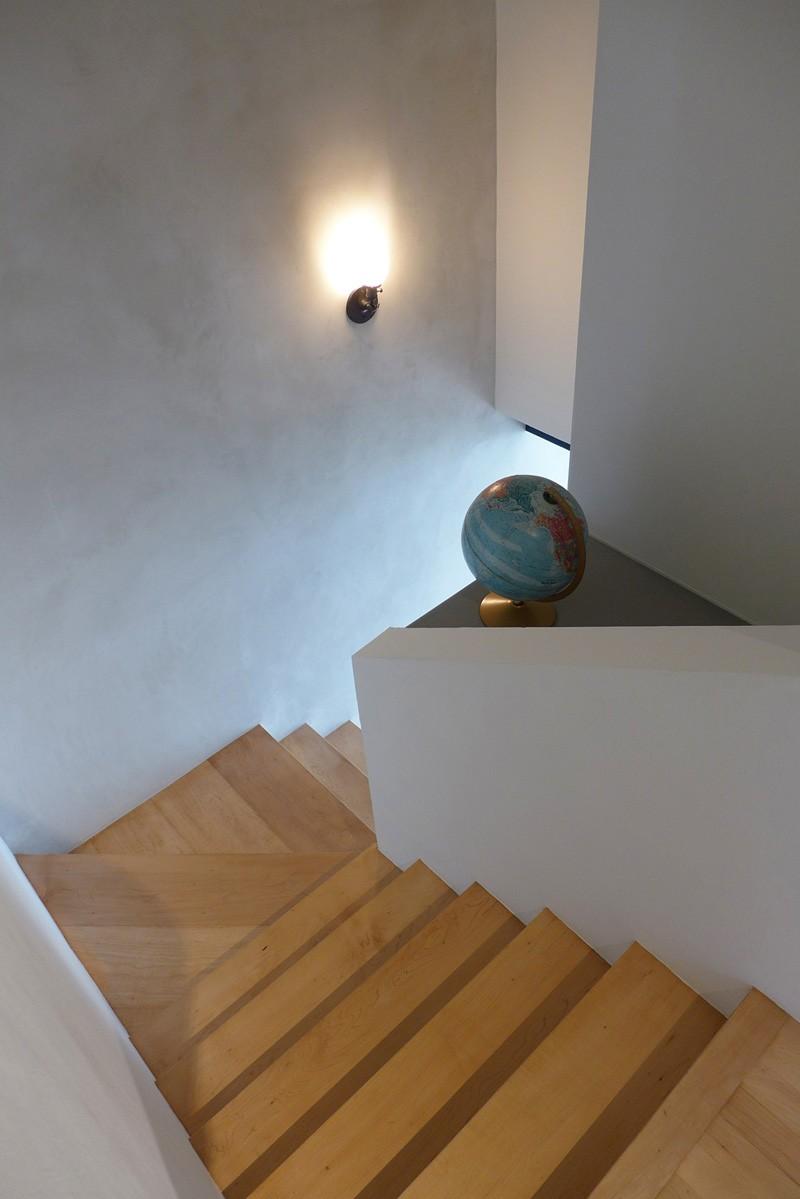 Escaliers de l'appartement bleu noir