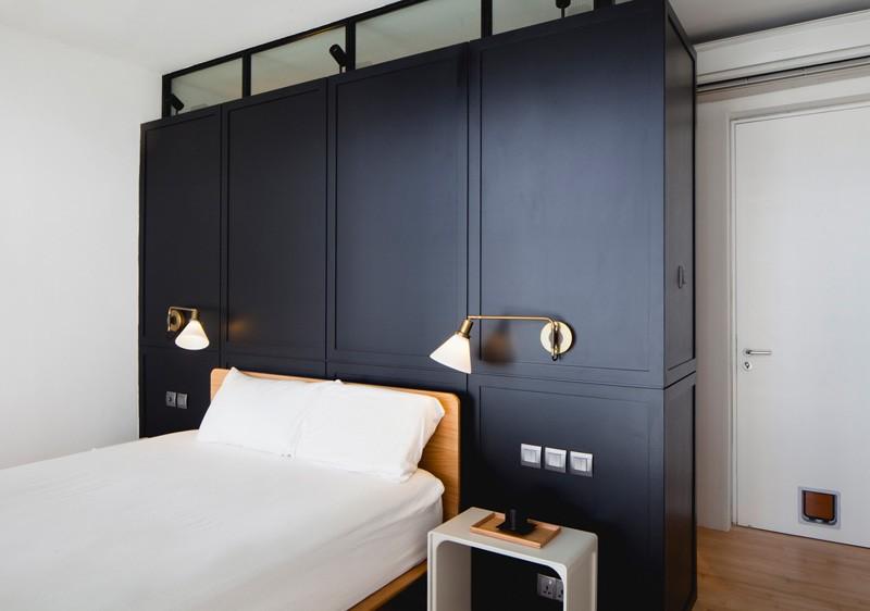 Lit d'appartement bleu noir