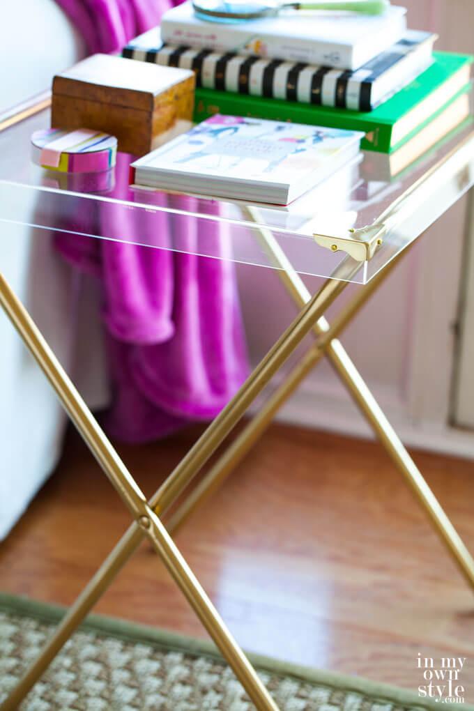 Table en acrylique avec supports dorés