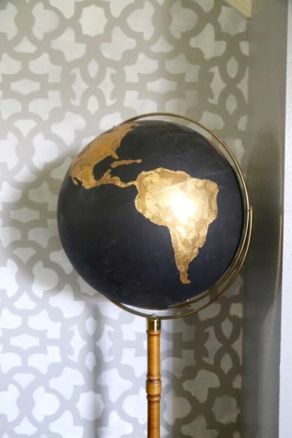Un globe terrestre noir et or