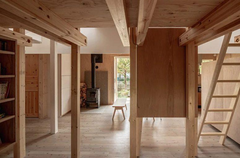 Un foyer douillet apporte de la chaleur aux espaces et le bois de chauffage ajoute une touche naturelle et chaleureuse