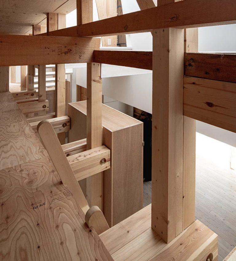 Toute la maison est faite de bois et de contreplaqué et ils ne sont pas du tout polis - l'architecte voulait que les propriétaires apprécient ces regards et textures