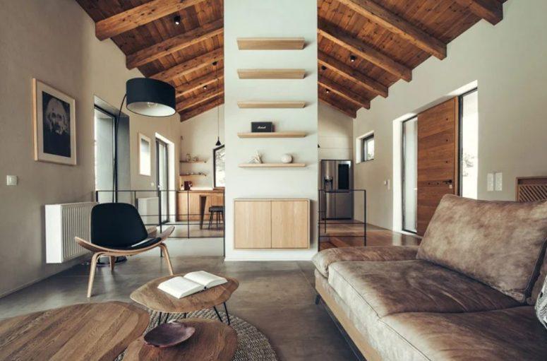 Le salon présente des meubles élégants, des étagères confortables et des œuvres d'art cool