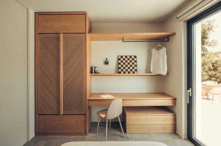La chambre a des rangements confortables et des étagères ouvertes pour la rendre plus fonctionnelle