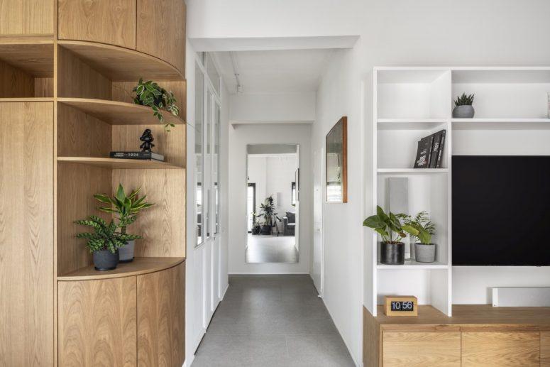 Un couloir lumineux sépare deux sections différentes de l'appartement, les parties privées et publiques
