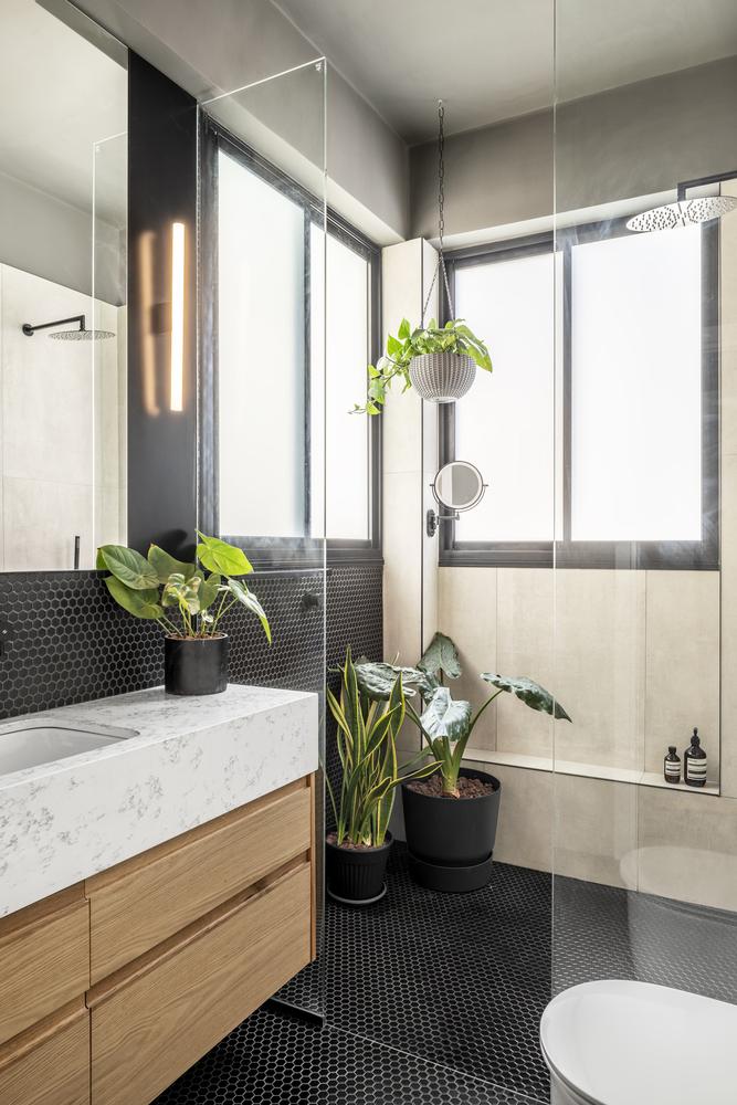 La salle de bain a un design très frais et accueillant basé sur des tons neutres chaleureux et des motifs élégants