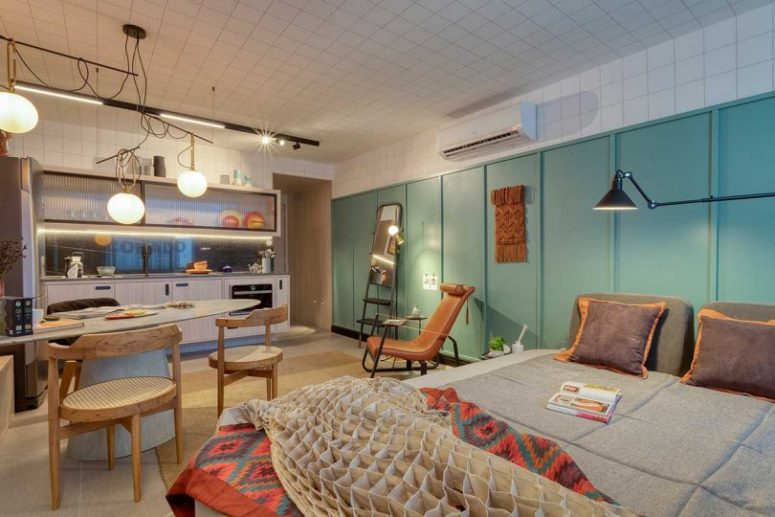 L'ensemble de l'appartement est à aire ouverte avec une cuisine, un espace salle à manger-travail et une zone de couchage