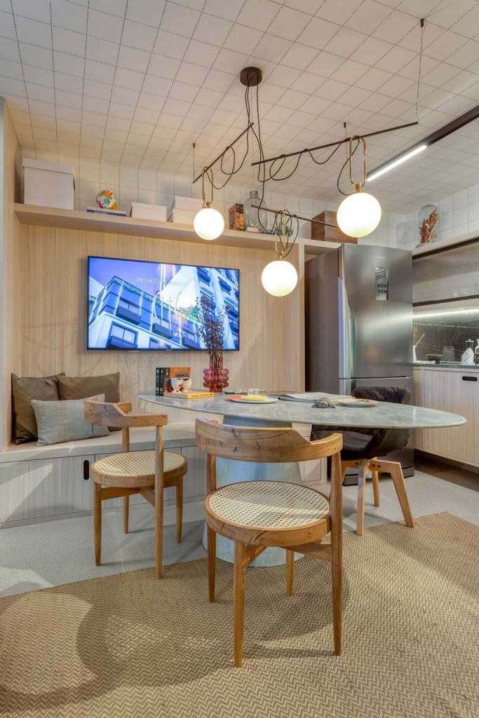 L'espace salle à manger sert également d'espace de travail et est très confortable même pour plusieurs personnes