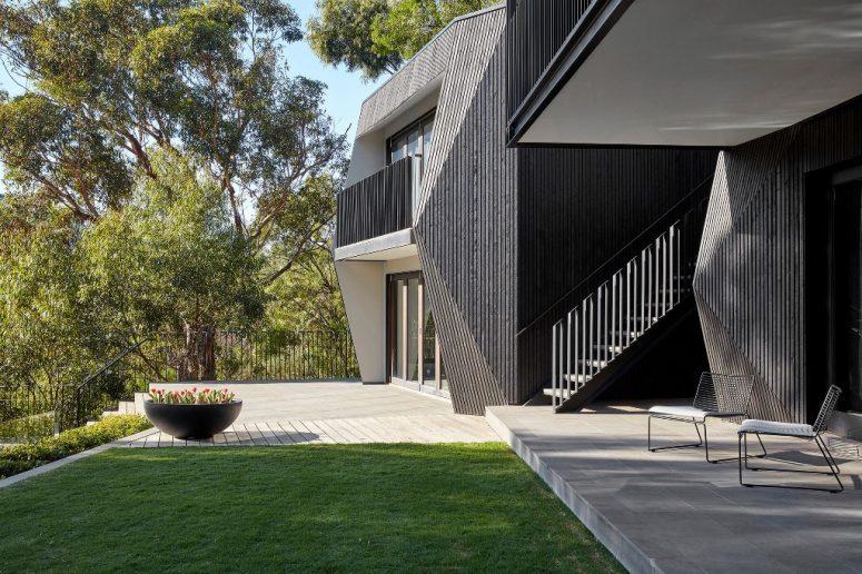 La maison est revêtue de cyprès noir, de béton et d'acier noirci pour lui donner un look ultime