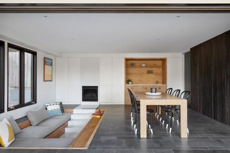 Cet espace est fait pour recevoir des invités - une fosse de conversation et un espace salle à manger clos