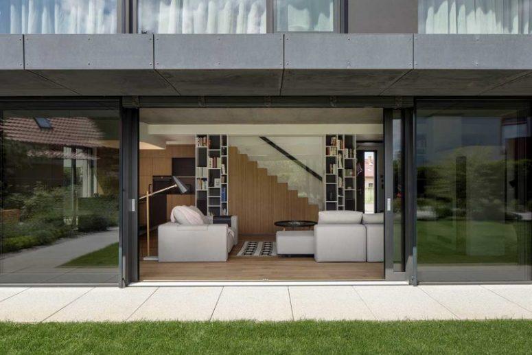 La maison peut être ouverte sur l'extérieur avec des portes vitrées avec vue