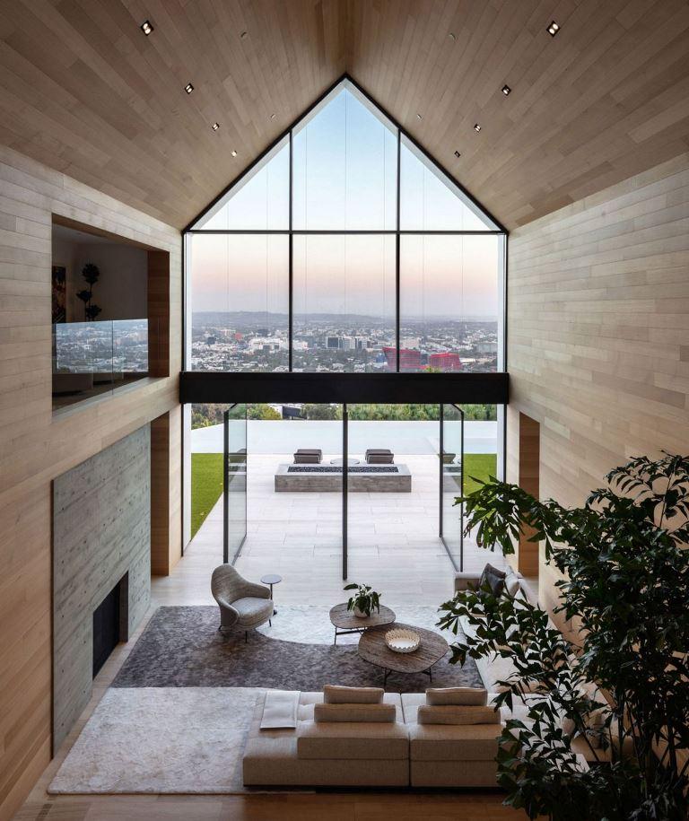 L'espace est revêtu de bois élégant et uni, il y a peu de meubles pour souligner les vues
