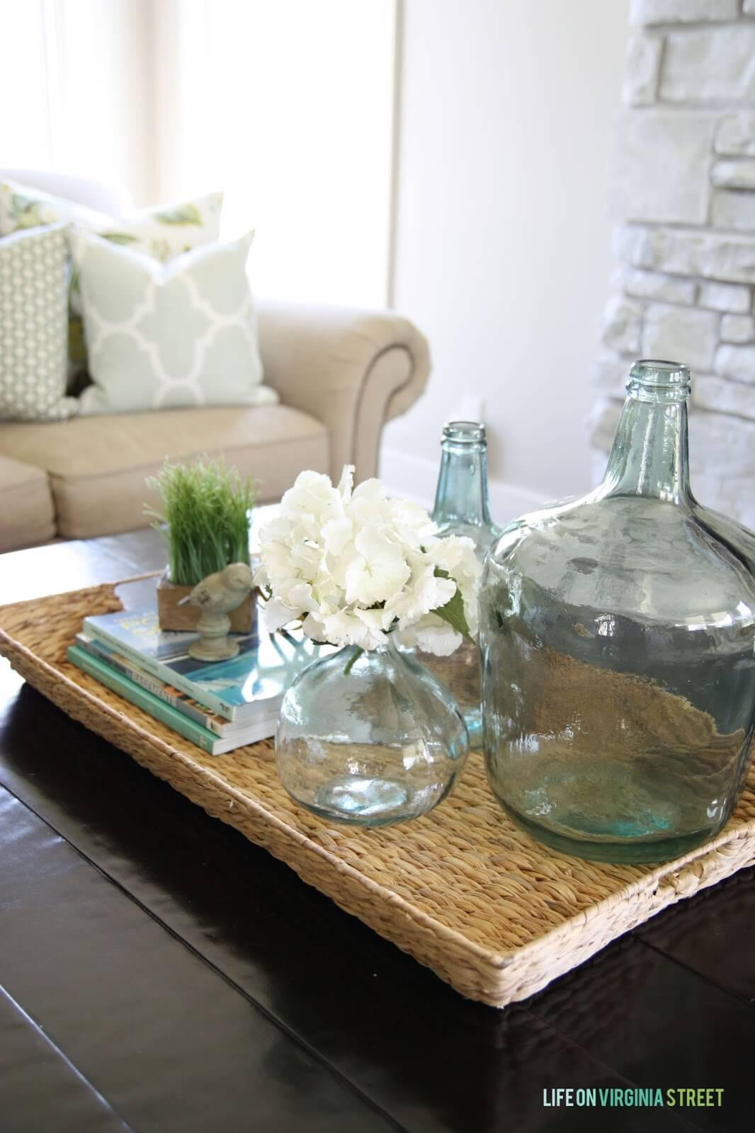 Une table en osier rustique avec des accents sur le thème côtier