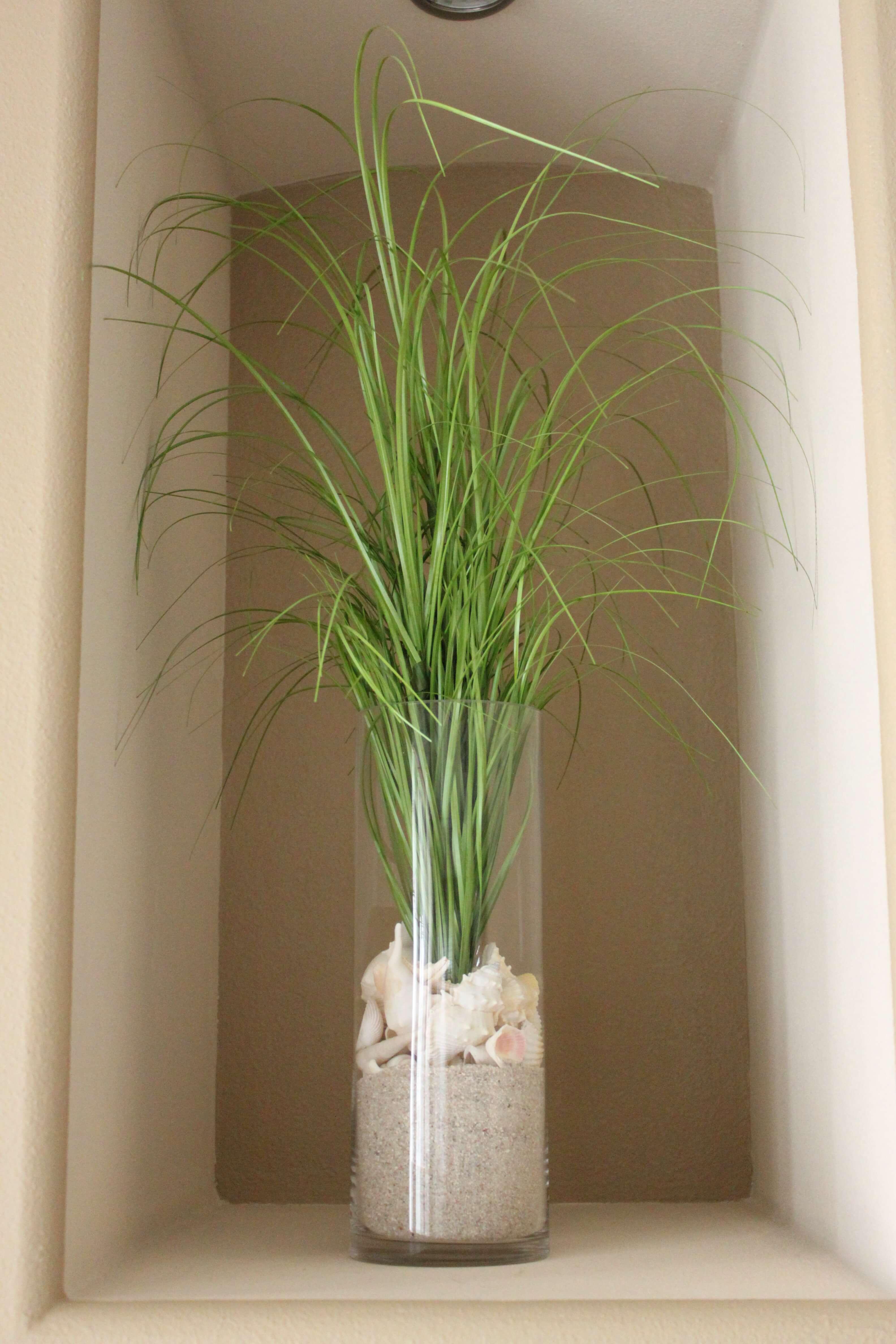 Végétation tropicale dans un magnifique vase sur le thème de la mer
