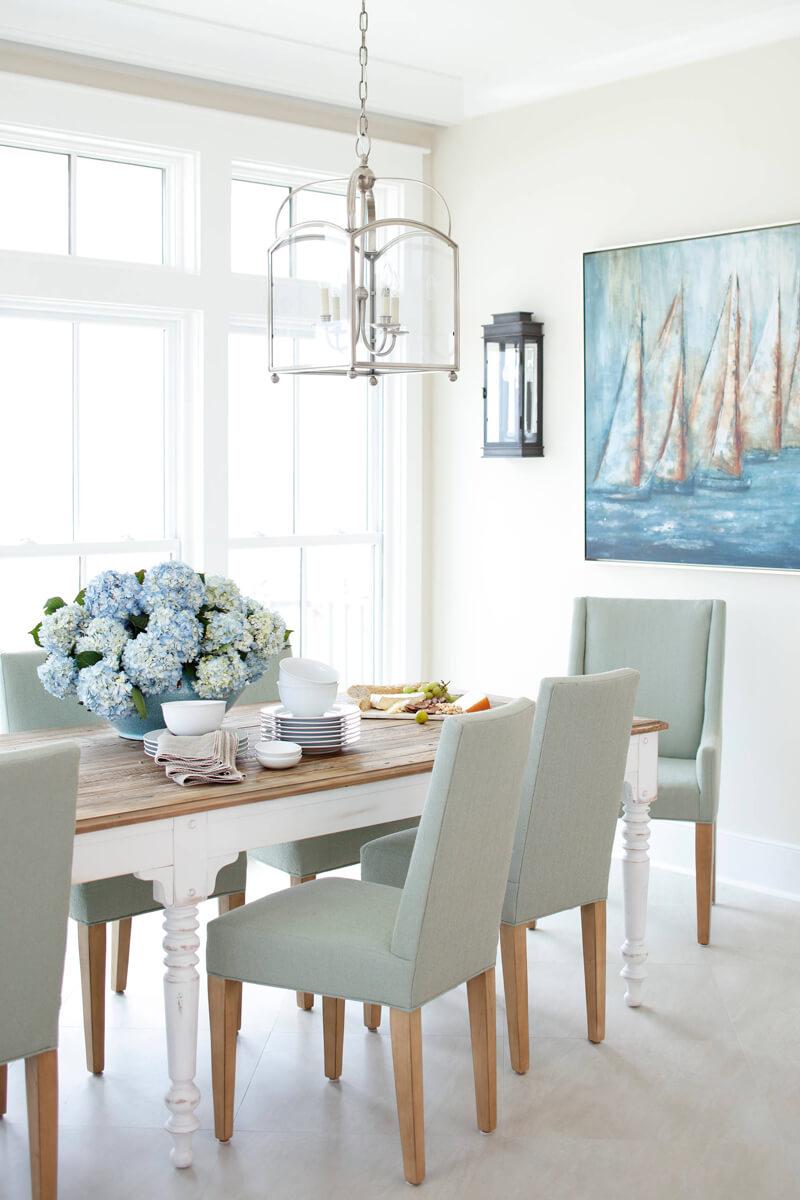 Un espace salle à manger pour un cottage côtier