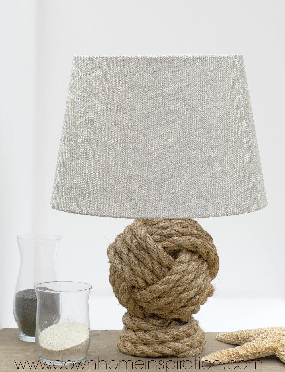 Une lampe de noeud nautique sur la rive