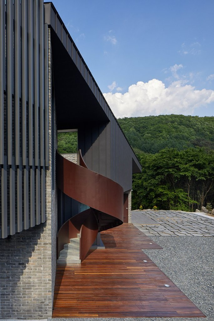 Un escalier métallique incurvé est un bel élément sculptural à l'extérieur du bâtiment
