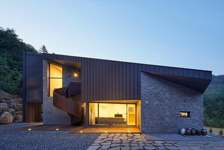 La maison dispose de vitrages et de grandes fenêtres qui permettent de profiter de la vue et de la lumière naturelle