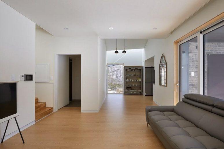 À l'intérieur, les intérieurs sont spacieux et contemporains, avec des meubles simples et confortables et des détails vintage pour un accent