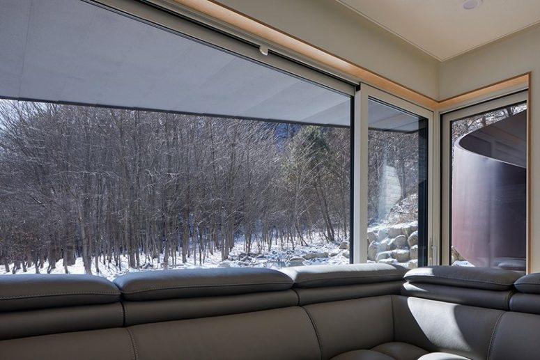 La maison est remplie de lumière et bénéficie de la vue sur les montagnes et la forêt