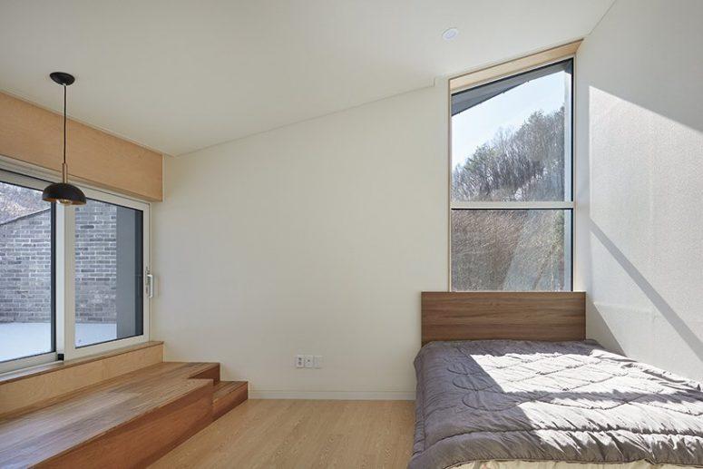 La chambre est minime, avec un lit et quelques unités de rangement et de la lumière et beaucoup de fenêtres pour la vue