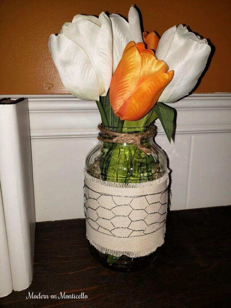 Vase de ferme en fil de poulet et ruban