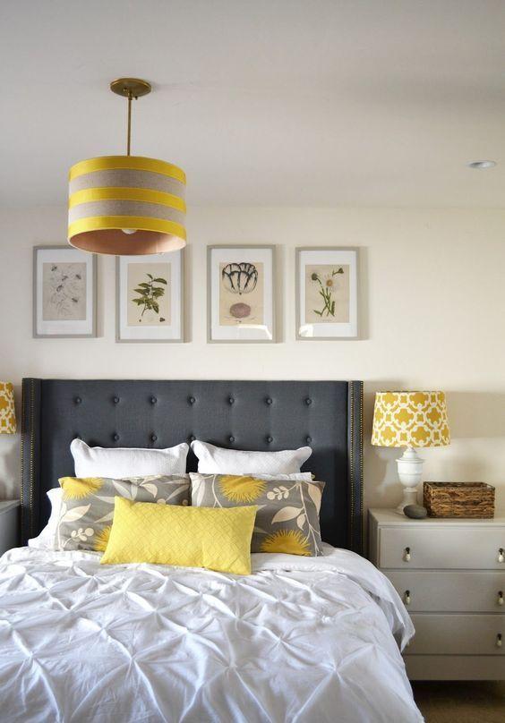 une chambre moderne en blanc cassé et crémeux, avec un lit gris graphite, des touches de jaune et un mur de galerie botanique