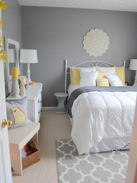 une chambre traditionnelle avec des murs gris, des meubles blancs chics, une literie grise et jaune et des touches de jaune vif