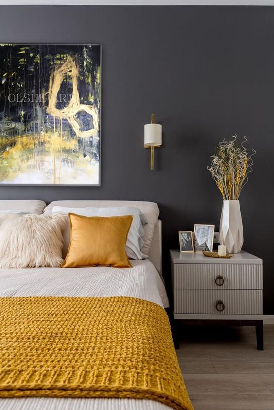 une chambre élégante avec des murs gris graphite, des meubles crémeux, des draps blancs et moutarde et un vase 3D