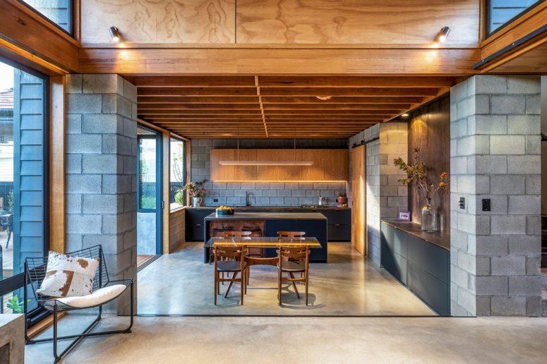 Les murs vitrés et les lumières intégrées remplissent les espaces de lumière et les rendent plus accueillants