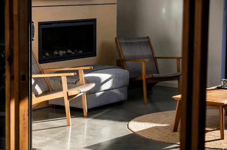 Une cheminée intégrée, du contreplaqué neutre et des meubles sympas invitent les propriétaires à passer du temps ici
