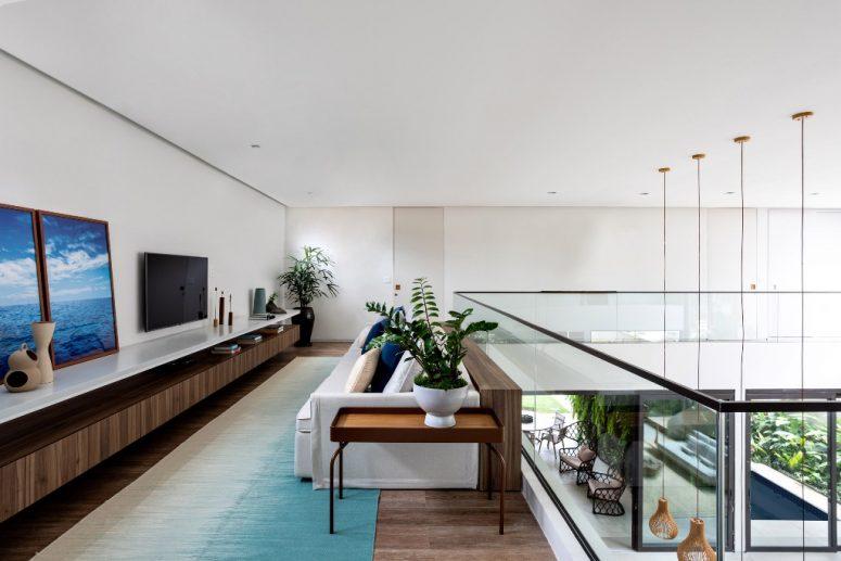 Il y a un autre coin salon à l'étage, avec une télévision et des meubles confortables