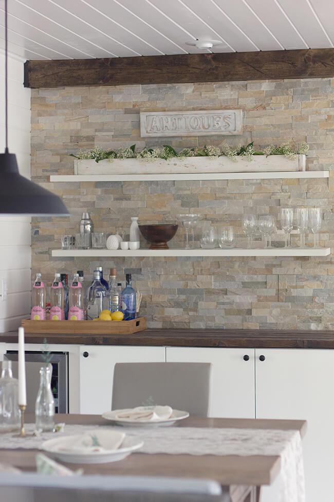 Les étagères minimalistes s'intègrent parfaitement