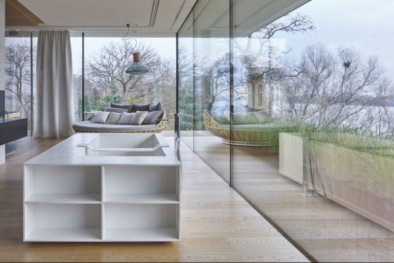 Les espaces intérieurs sont parfaitement transposés à l'extérieur, les murs sont vitrés