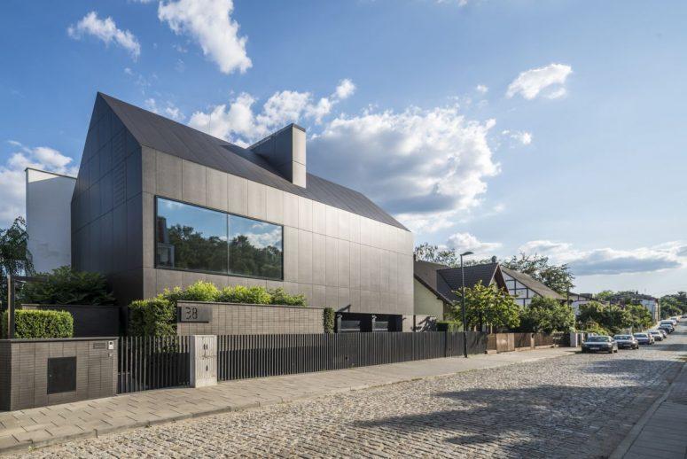 La partie routière de la maison montre un extérieur noir minimaliste